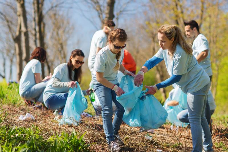 Volunteers clean up rubbish | Shine Lawyers